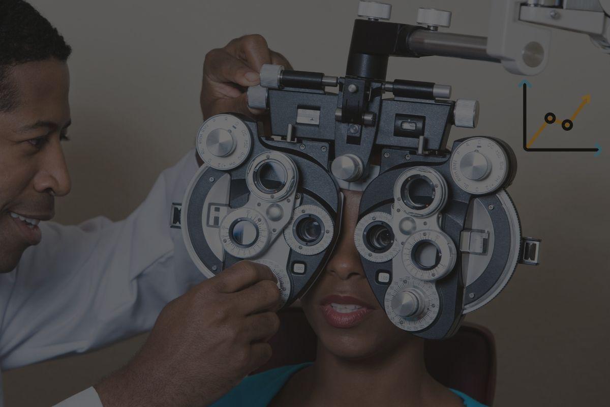 optometrist-using-a-phorepter